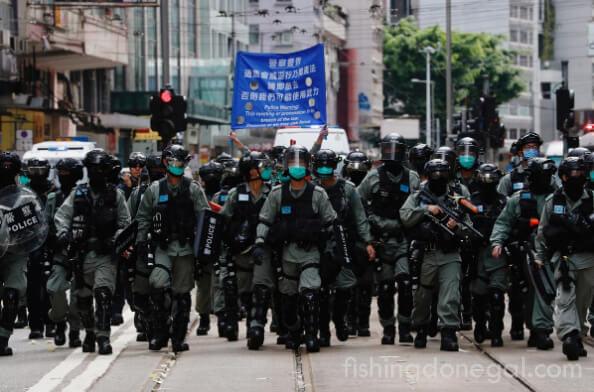 ตำรวจ ฮ่องกงยิงปืนน้ำใส่ฝูงชนประท้วงกฎหมายฉบับใหม่