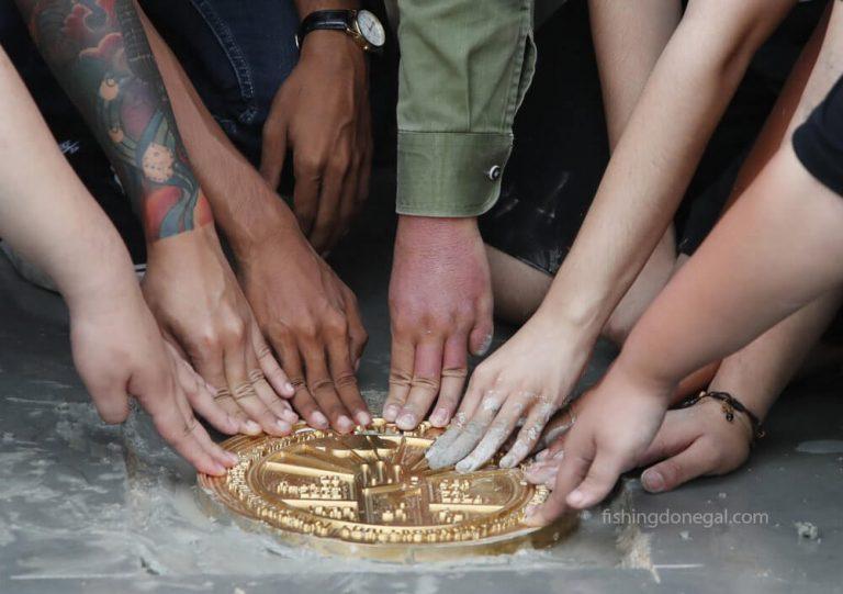 ผู้ประท้วง ชาวไทยติดป้ายสัญลักษณ์แสดงความเป็นประชาธิปไตยอีกครั้ง