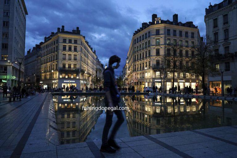 ฝรั่งเศส ถูกปิดกั้นเป็นเวลาหลายเดือนเนื่องจากผู้เสียชีวิตจากไวรัสเพิ่มขึ้น