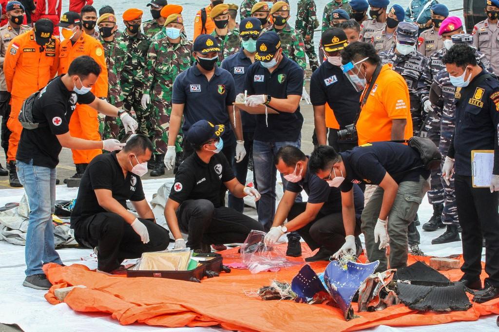 อิน โดนีเซียกู้เครื่องบันทึกเสียงในห้องนักบินของ Sriwijaya Air jet เครื่องบันทึกเป็นสิ่งสำคัญในการช่วยให้ผู้ตรวจสอบเข้าใจการกระทำของนักบิน