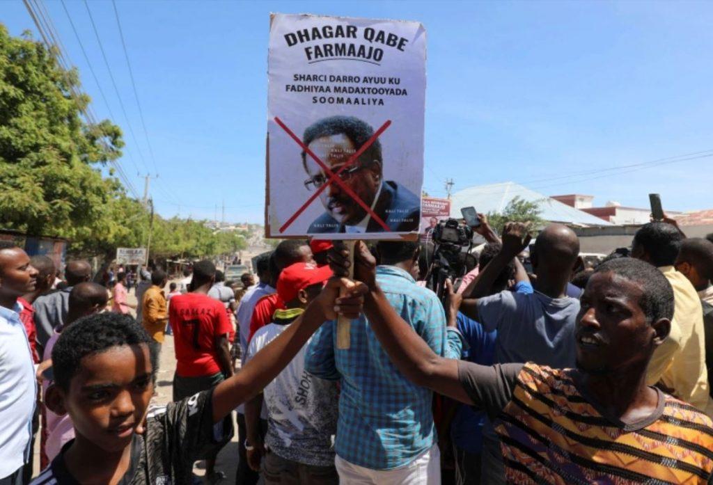กลุ่มคู่แข่ง ปะทะกันในเมืองหลวงโซมาเลียเรื่องอำนาจของประธานาธิบดี เสียงปืนดังขึ้นระหว่างกองกำลังรักษาความปลอดภัยที่ภักดีต่อประธานาธิบดีและคน