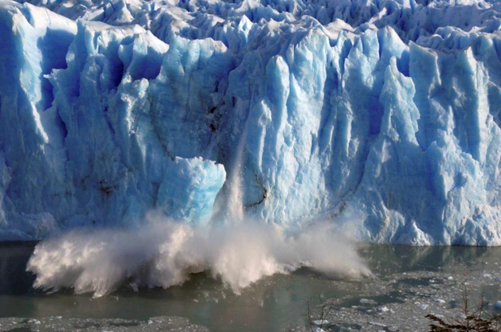 ธารน้ำแข็งละลาย ในอัตราที่เร็วขึ้น การเร่งความเร็วของการละลายส่งผลให้ระดับน้ำทะเลสูงขึ้นกว่า 20 เปอร์เซ็นต์คุกคามเมืองชายฝั่งที่มีประชากร