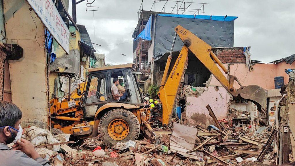 มุมไบตึกถล่ม ท่ามกลางฝนตกหนัก มีผู้เสียชีวิตอย่างน้อย 11 คน รวมทั้งเด็ก 8 คน หลังจากอาคารที่อยู่อาศัยในเมืองมุมไบทางตะวันตกของอินเดีย ถล่มทับ
